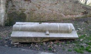 Cittadella di Parma cannone decorativo in granito